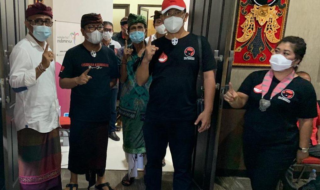 PASLON nomor urut 1 Pilkada Denpasar, IGN Jaya Negara-Kadek Agus Arya Wibawa; didampingi legislator DPRD Denpasar, Ketut Suteja Kumara, saat hadir di acara donor darah di DPD PDIP Bali, Minggu (22/11/2020). Foto: gus hendra