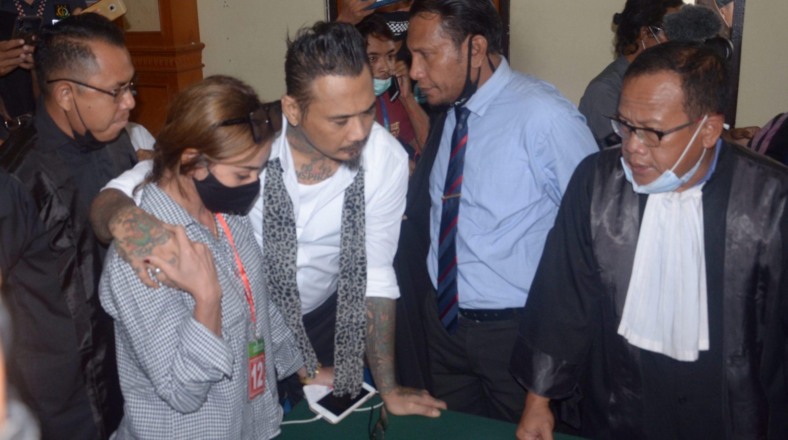 TERPIDANA Jerinx didampingi isterinya Nora dan pengacaranya pada sidang vonis di PN Denpasar, Kamis (19/11/2020). Foto: gab