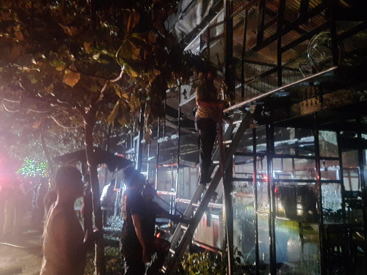 PETUGAS Pemadam Kebakaran Gianyar memadamkan api di Omah Gelato, Jalan Raya Tebongkang, Desa Singakerta, Ubud. Foto: ist