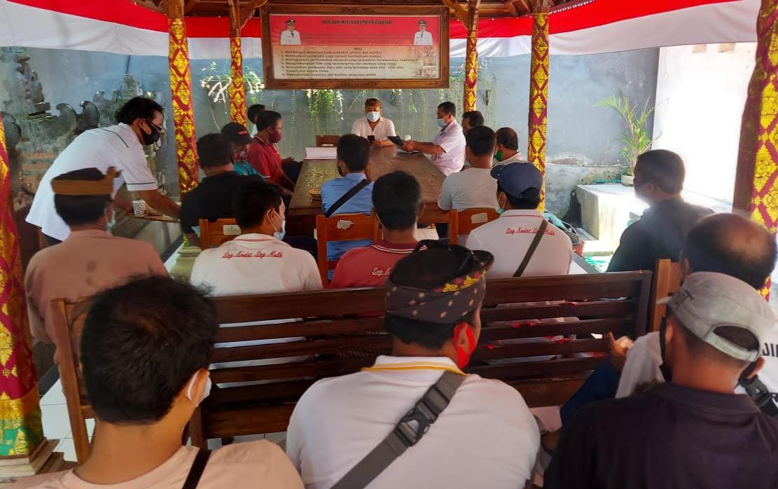 PLT. Kepala DLH Gianyar, I Wayan Kujus Pawitra, memberi arahan ke puluhan mandor penyapuan dan pengangkutan untuk mengintentisifkan kebersihan. Foto: adi