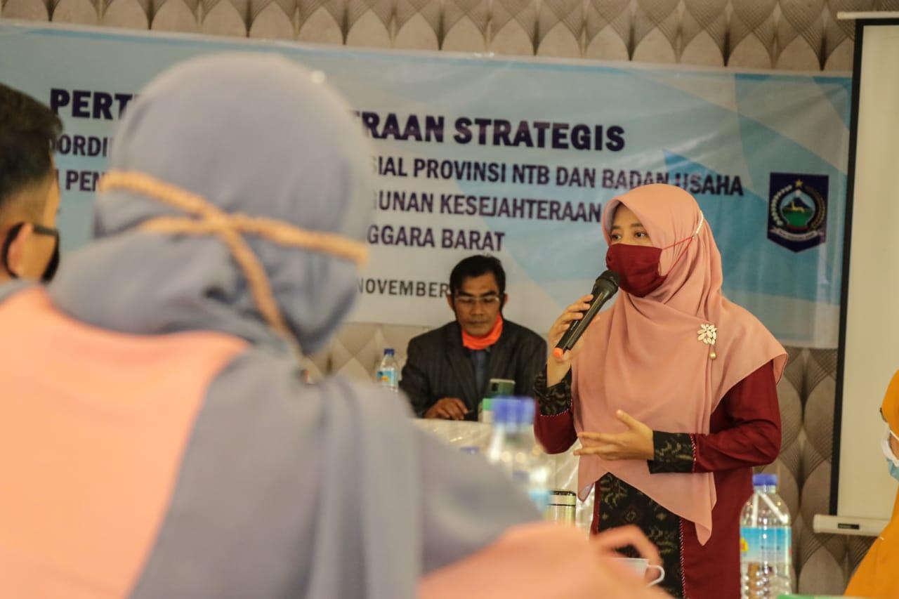 KETUA LKKS Provinsi NTB, Hj. Niken Saptarini Widyawati Zulkieflimansyah, saat membuka pertemuan kemitraan strategis LKKS Provinsi NTB dan Badan Usaha.