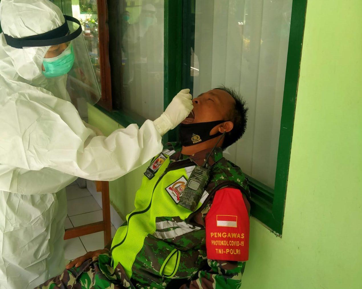 63 babinsa Kodim 1610/Klungkung menjalani tes usap di aula Kodim, Senin (2/11/2020). Foto: ist