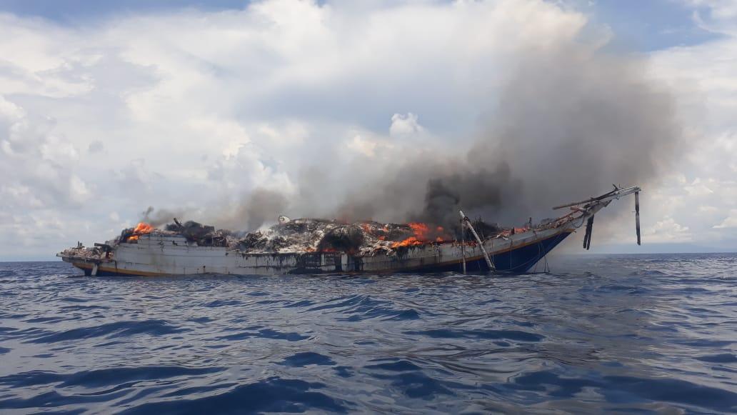 KONDISI Kapal Cahaya Berlian yang bermuatan barang kelontong ludes terbakar. Foto: ist