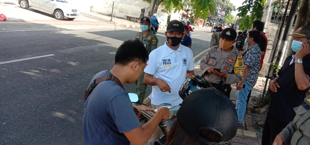 KEGIATAN sidak masker di wilayah Desa Pemecutan Kaja, Denpasar, Jumat (13/11/2020). Foto: ist