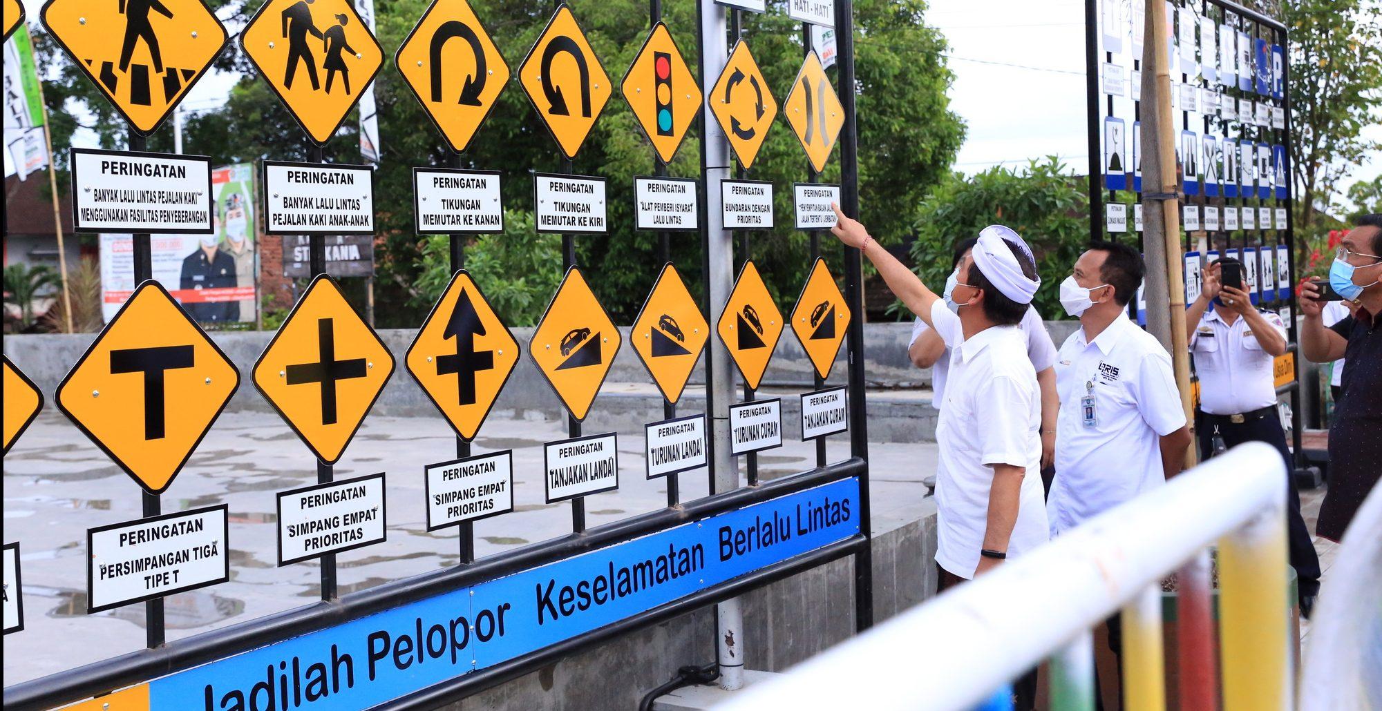 DIREKTUR Utama PT Bank Pembangunan Daerah Bali, I Nyoman Sudharma, melihat kondisi taman lalu lintas di Lapangan Puputan Klungkung. Foto: ist