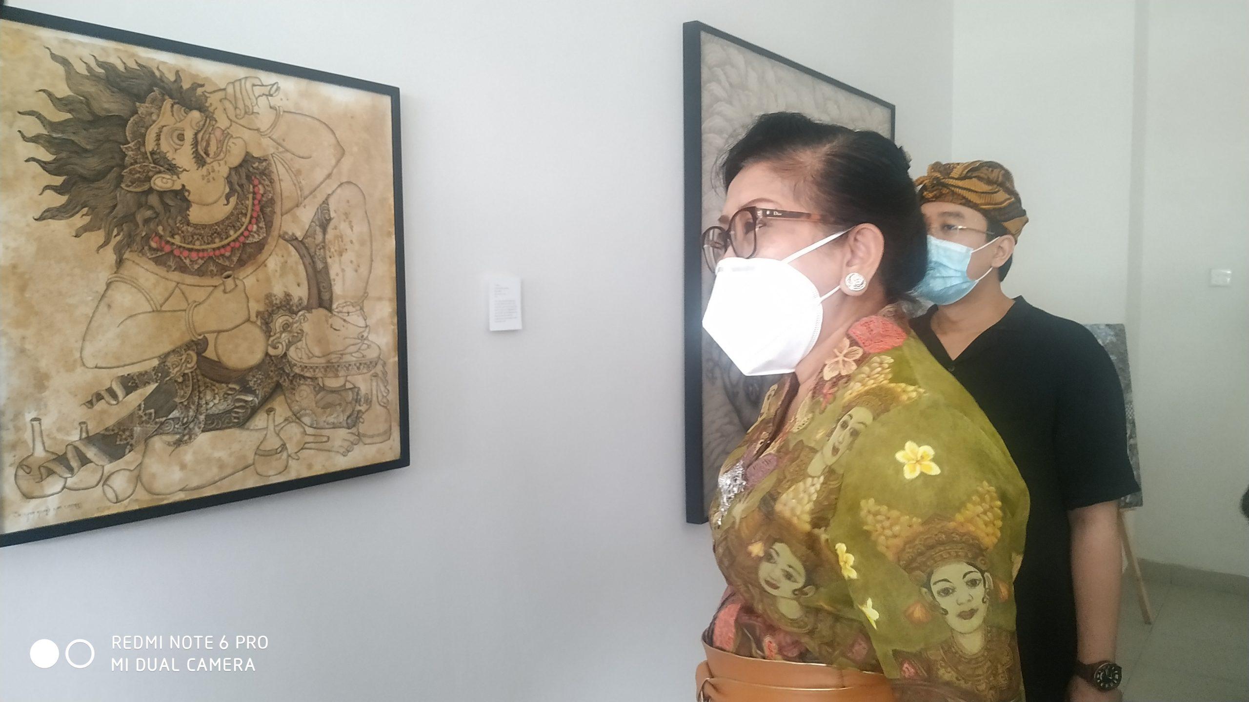 """PUTRI Suastini Koster memperhatikan salah satu lukisan usai membuka pameran lukisan seniman muda Bali dengan tema """"Seni di tengah Pandemi"""" yang juga serangkaian dengan Peringatan Hari Kesehatan Nasional, di RSJ Provinsi Bali, Bangli, Kamis (12/11/2020). Foto: gia"""