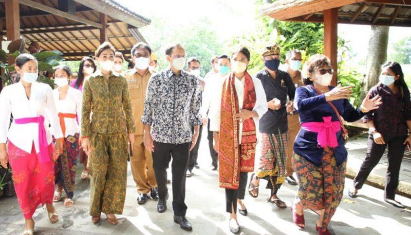 MENDIKBUD Nadiem Makarim mengunjungi TK/PAUD Lingkungan Puri Damai, di Banjar Tunon Desa Singakerta, Kecamatan Ubud, Gianyar. Foto: adi