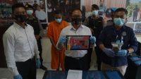 KASATNARKOBA Polres Bangli, Iptu I Nyoman Sudarma, menunjukkan barang bukti sabu yang disita dari tangan tersangka IMG (43), pekerja serabutan asal Desa Bangbang, Desa Bangli, Tembuku.