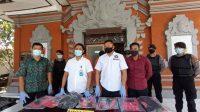 KASAT Resnarkoba Polres Klungkung, AKP Dewa Gde Oka, menunjukkan barang bukti pengungkapan kasus pengedar narkoba. Foto: baw