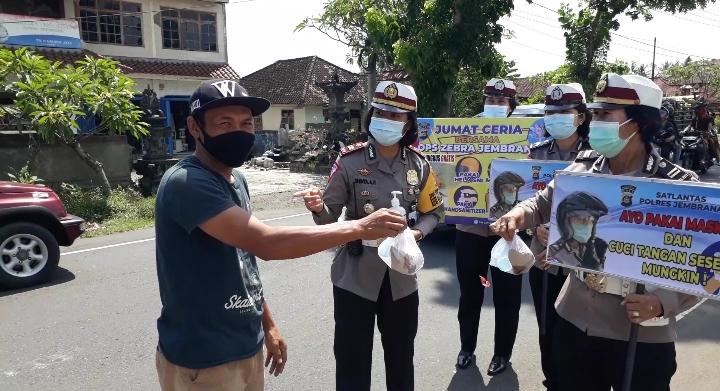 POLWAN Satlantas Polres Jembrana membagikan nasi bungkus saat operasi Zebra Lempuyang. Foto: man