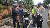 PERSONEL Polres Klungkung melakukan Operasi Cipkon Agung di Jalan Lettu Ida Bagus Puja, Kamis (26/11/2020). Foto: ist