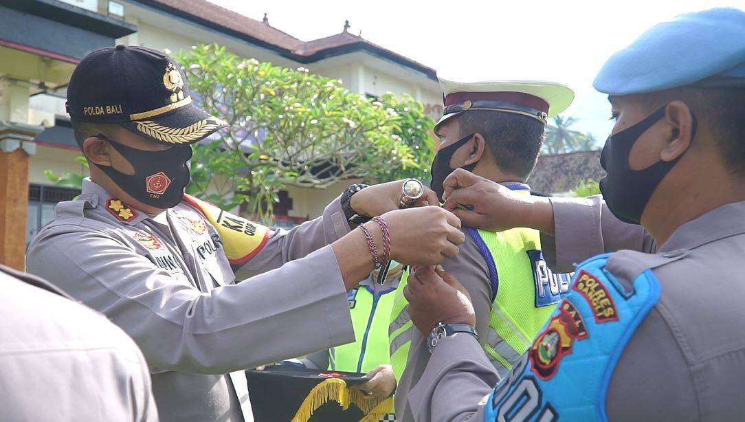 KAPOLRES Bangli, AKBP I Gusti Agung Dhana Aryawan, menyematkan pita tanda dimulainya pelaksanaan Operasi Cipkon Agung 2020. Foto: ist