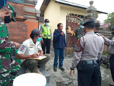 PELANGGAR prokes di Pasar Kidul Bangli saat diberi sanksi menyebutkan sila Pancasila. Foto: ist