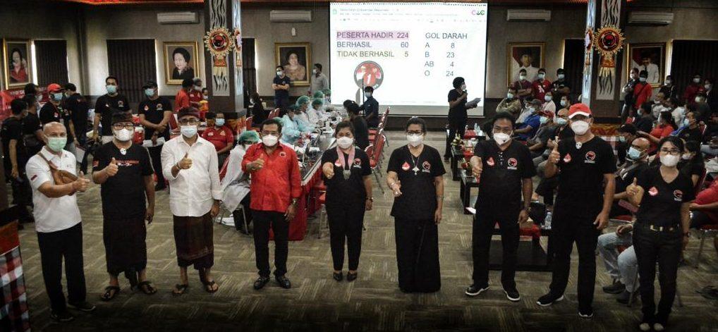 PASLON Jaya Wibawa bersama Putri Suastini Koster dan pengurus DPC PDIP Denpasar foto bersama di sela-sela kegiatan donor darah yang dimotori Sarinah PDIP Denpasar di aula DPD PDIP Bali, Minggu (22/11/2020). Foto: ist