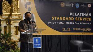 WALI Kota Denpasar, Rai Mantra, saat membuka pelatihan standar servis rumah makan dan restoran pada Rabu (25/11/2020). Foto: ist