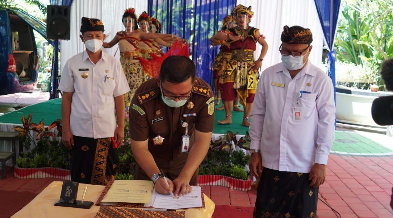 PEMKAB Karangasem dan Kejaksaan Negeri (Kejari) Karangasem menandatangani nota kesepahaman bersama tentang penanganan masalah hukum bidang perdata dan tata usaha negara (TUN), Kamis (5/11/2020). Foto: nad