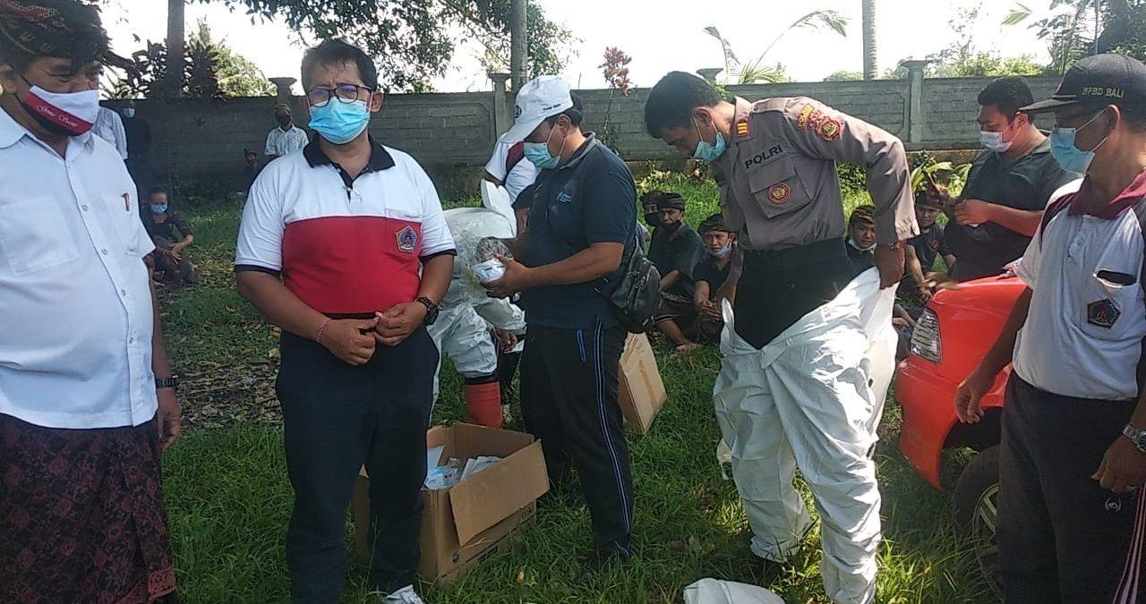 PERSONEL Polres Klungkung menggunakan APD sebelum memakamkan jenazah pasien Covid-19 di Setra Desa Akah, Jumat (6/11/2020). Foto: ist