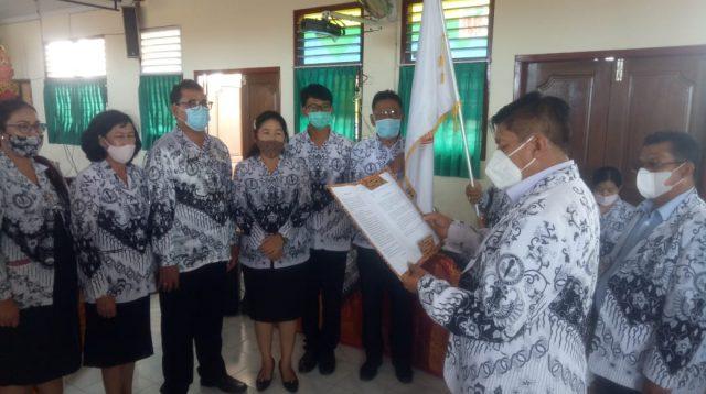 KETUA PGRI Kota Denpasar, Ketut Suarya, saat melantik pengurus Cabang PGRI Denpasar Barat periode 2020-2024, Jumat (27/11/2020). Foto: tra