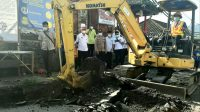 PJS Bupati Karangasem, I Wayan Serinah, mengecek proyek perbaikan jalan jalur utama menuju Pura Pasar Agung, Selat, Karangasem, Rabu (25/11/2020). Foto: ist