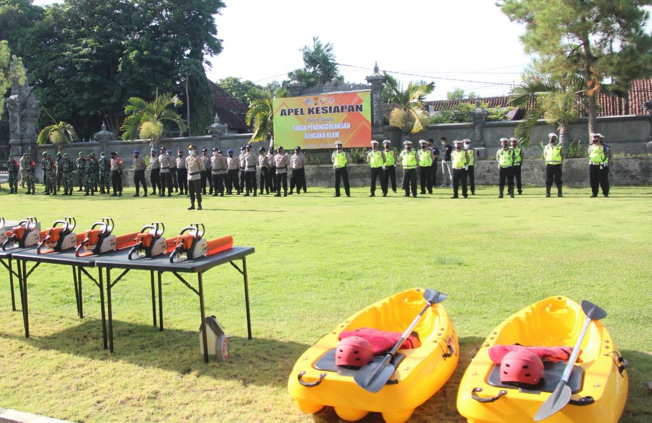 PERSONEL Polres Klungkung mengikuti apel kesiapsiagaan penanggulangan bencana alam, Selasa (10/11/2020). Foto: ist