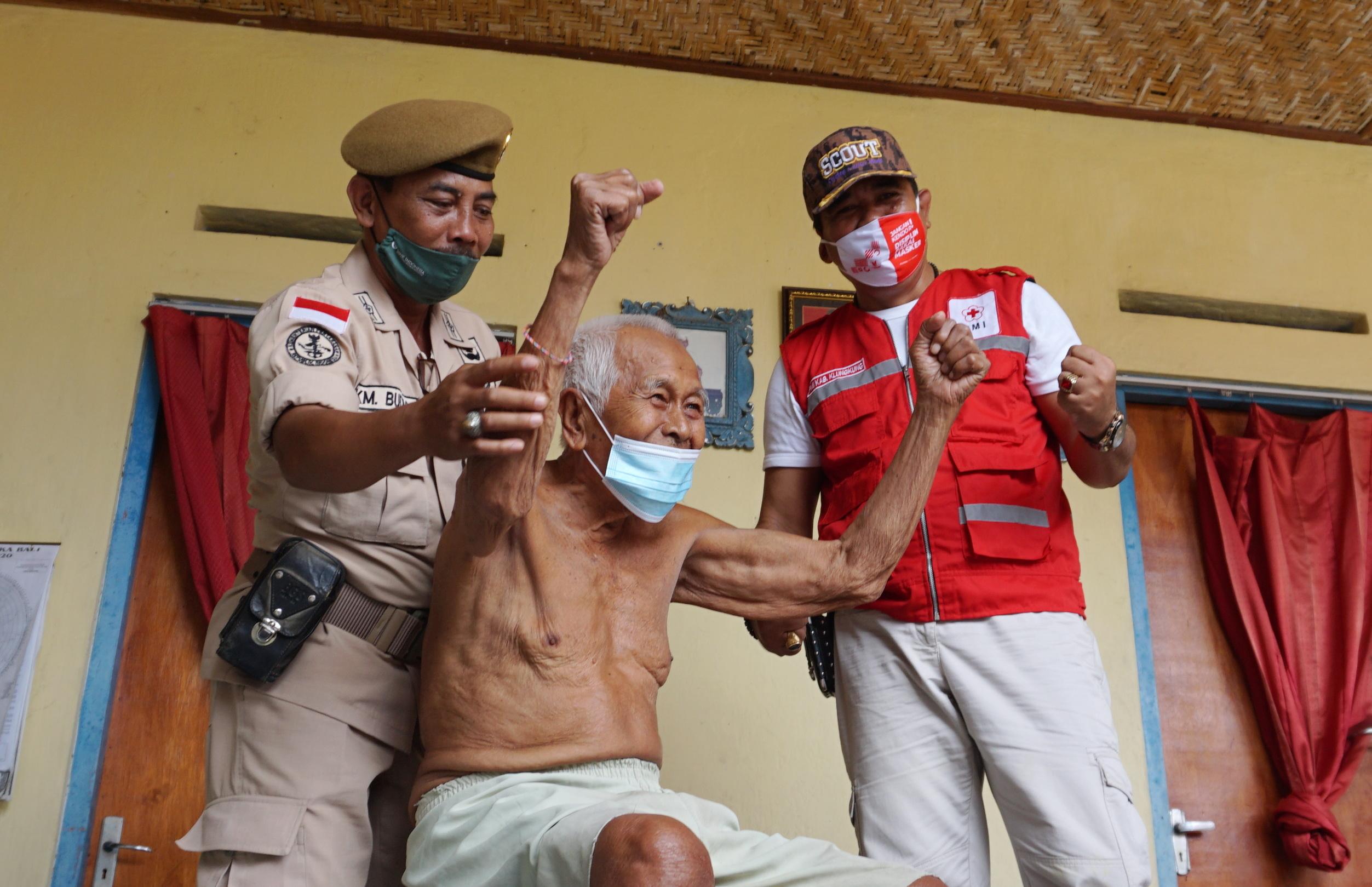 PMI Cabang Klungkung mengunjungi dan menyerahkan bantuan kepada veteran di Kabupaten Klungkung, Rabu (11/11/2020). Foto: ist