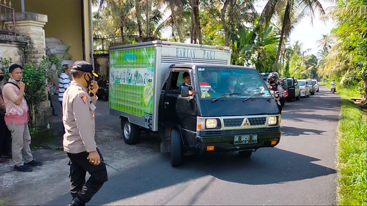 POLISI melakukan pengawalan pendistribusian 98 boks surat suara dari PT Temprina Grafika Bali menuju gudang logistik KPU Bangli. Foto: ist