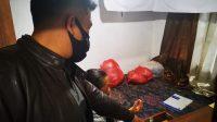 PETUGAS Polsek Kintamani menggelar olah TKP hilangnya uang dan perhiasan di warung Wayan Arnawa, di Banjar Kayu Kapas, Desa/Kecamatan Kintamani, Bangli. Foto: ist