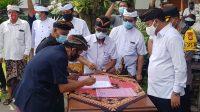 KRAMA Desa Adat Pakudui dan Krama Tempek Pakudui Kangin menandatangani kesepakatan damai di halaman kantor Bupati Gianyar, Minggu (22/11/2020). Foto: adi
