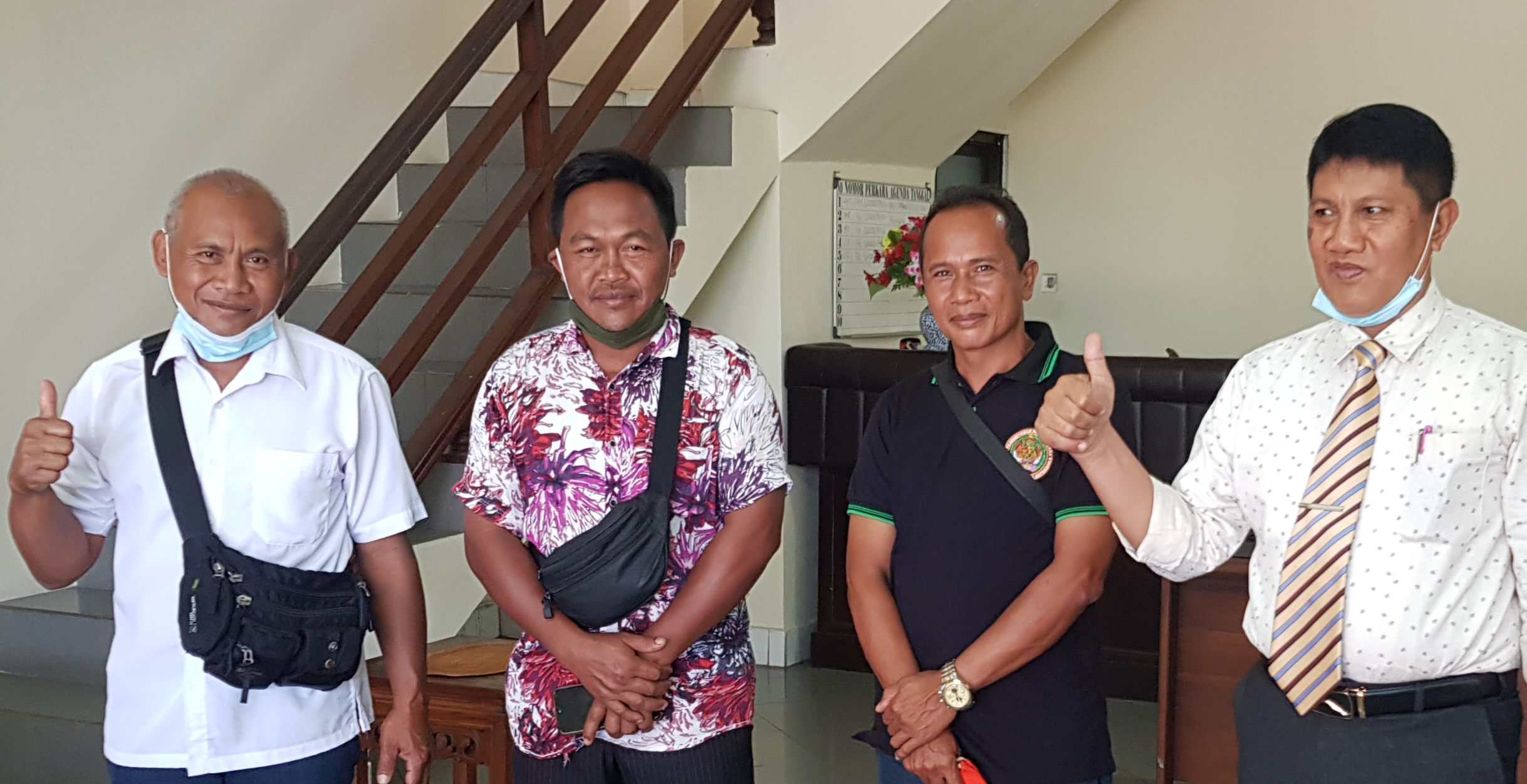 PRAJURU Pakudui Kawan didampingi kuasa hukumnya, Gede Masa. Foto: adi