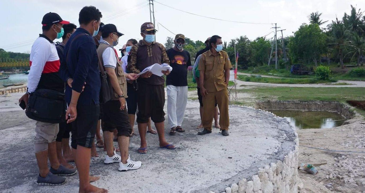 WABUP Kasta meninjau pengerjaan pembangunan Stage Ceningan di Pulau Nusa Ceningan, Desa Lembongan, Kecamatan Nusa Penida, Senin (9/11/2020). Foto: ist