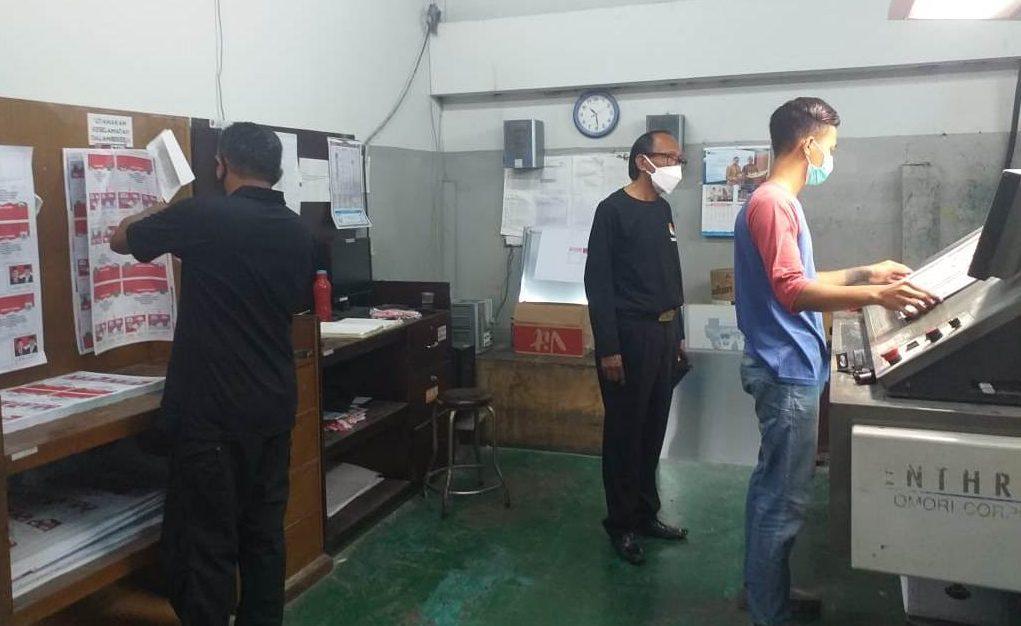 KOMISIONER KPU Tabanan Divisi Hukum dan Pengawasan, I Wayan Sutama, saat monitoring proses cetak surat suara untuk Pilkada Tabanan 2020, di percetakan, Minggu (8/11/2020). Foto: ist