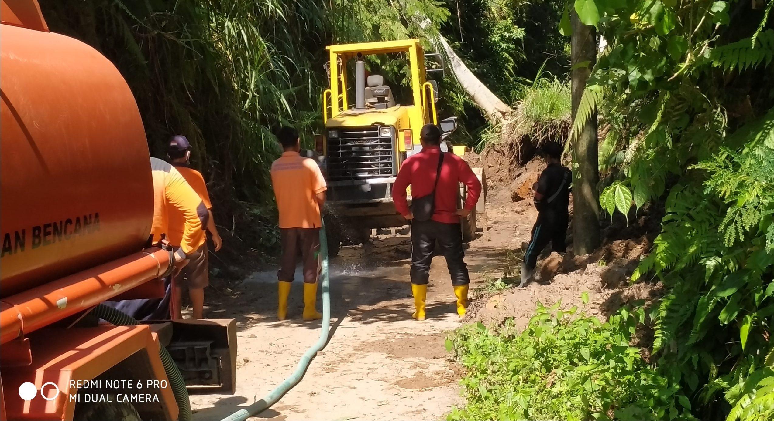 PETUGAS BPBD Bangli saat melakukan evakuasi longsoran tebing yang menutupi Jalan Selati-Talangjiwa, Minggu (8/11). Foto: ist
