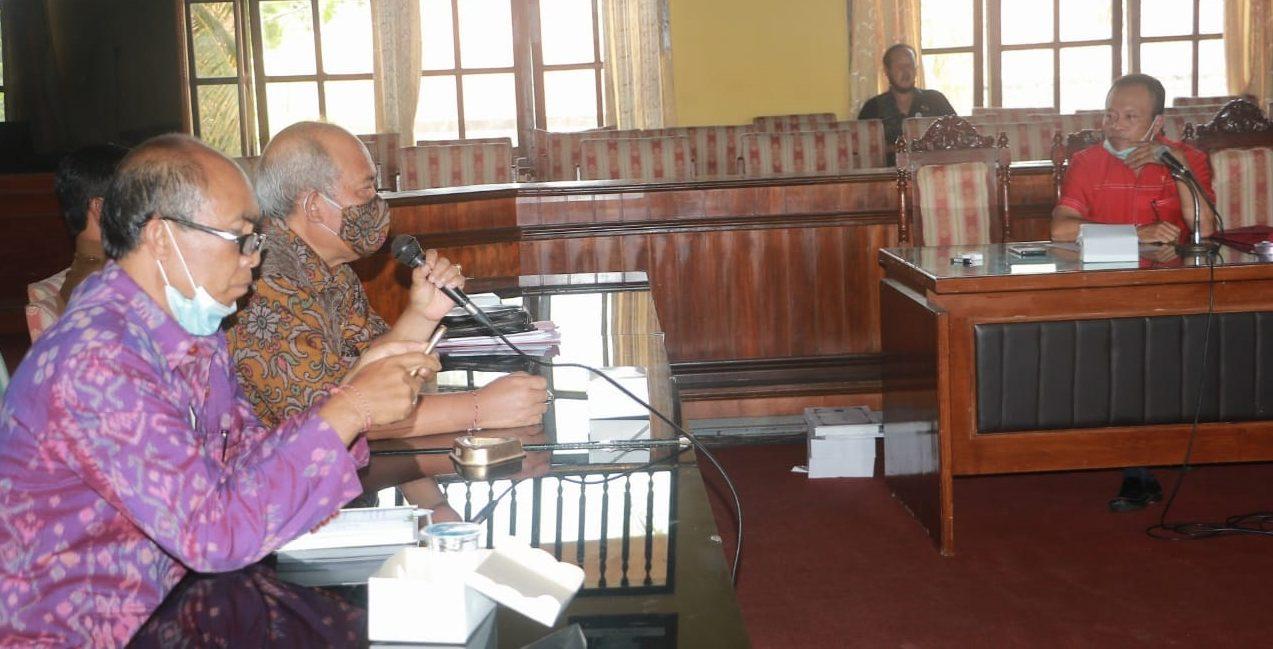 RAPAT dengar pendapat Badan Anggaran (Banggar) DPRD Bangli dengan Tim Anggaran Pemerintah Daerah (TAPD) Bangli membahas hasil verifikasi APBD Perubahan 2020 berlangsung alot, Senin (9/11/2020). Foto: gia