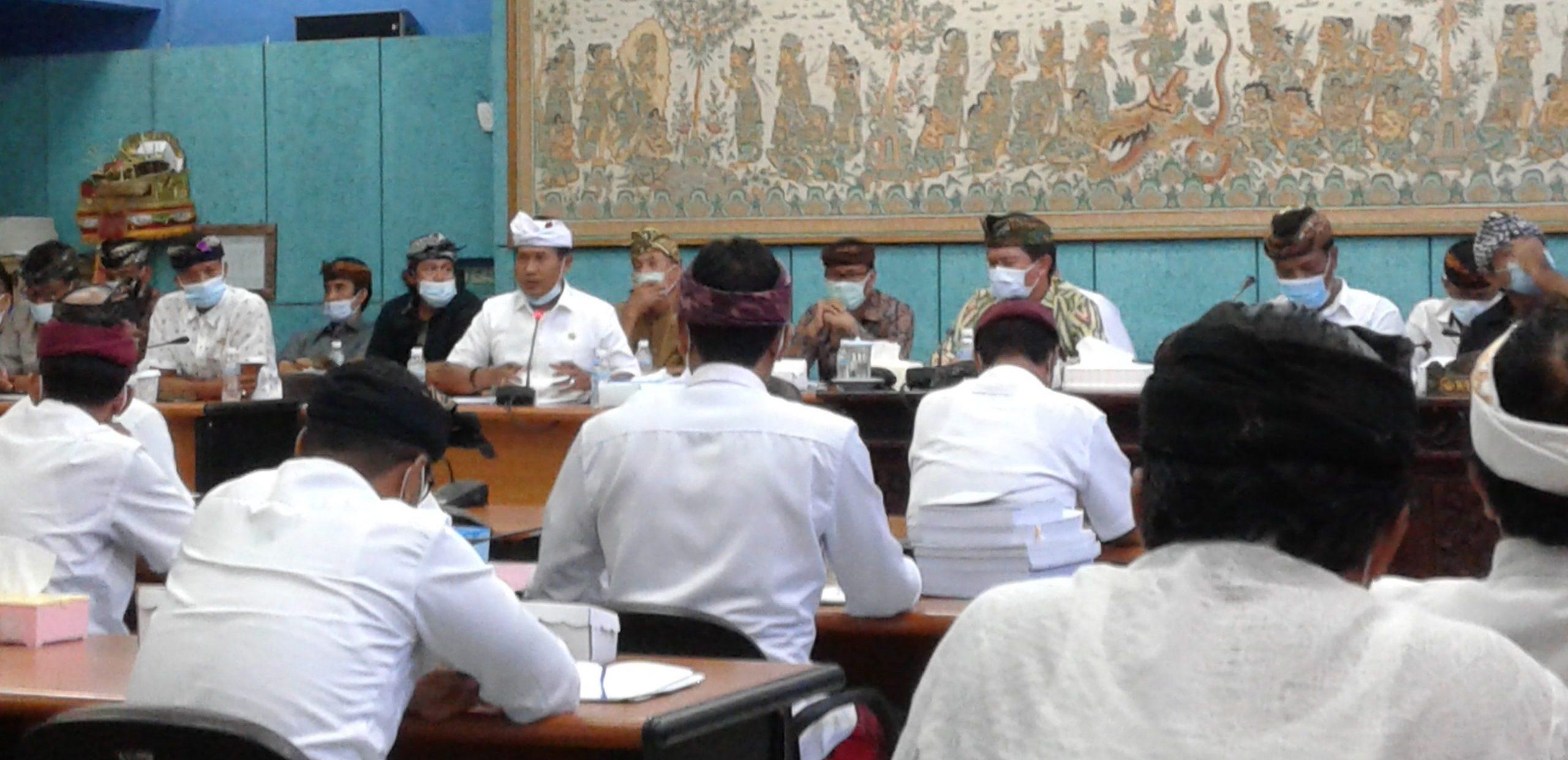SUASANA rapat gabungan DPRD Klungkung dengan Pemkab Klungkung, Selasa (10/11/2020). Foto: ist
