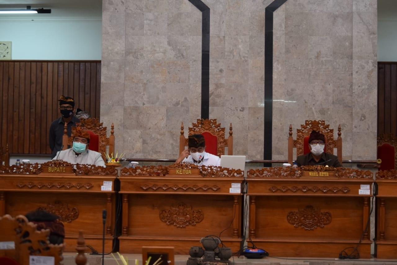 RAPAT Paripurna tentang jawaban Bupati Buleleng atas pandangan umum Fraksi-fraksi DPRD Buleleng terkait Ranperda RAPBD Tahun Anggaran 2021. Foto: rik