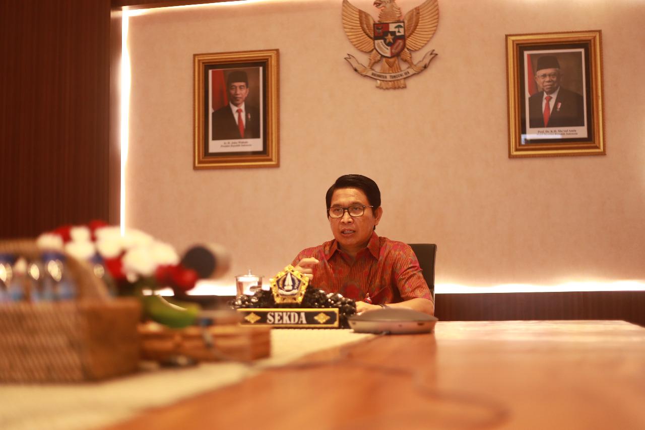SEKDA Adi Arnawa saat membuka acara kegiatan Pembinaan dan Forum Konsultasi Pelayanan Publik tahun 2020 melalui zoom meeting dari Puspem Badung, Jumat (13/11/2020). Foto: ist