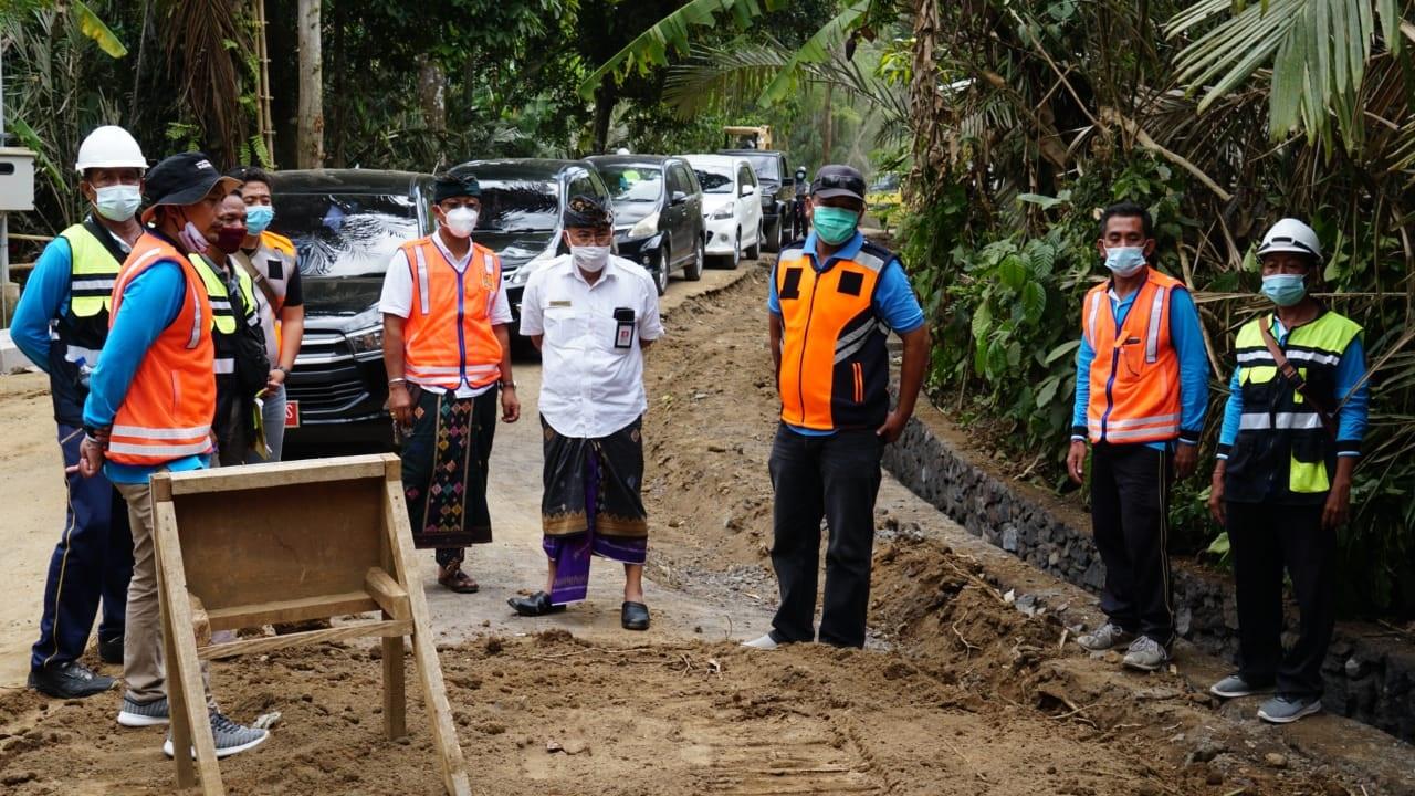 SEKDA Sedana Merta, melakukan monitoring dan evaluasi pembangunan peningkatan ruas jalan penghubung Desa Sibetan- Kuta Bali, Kamis (12/11/2020). Foto: ist