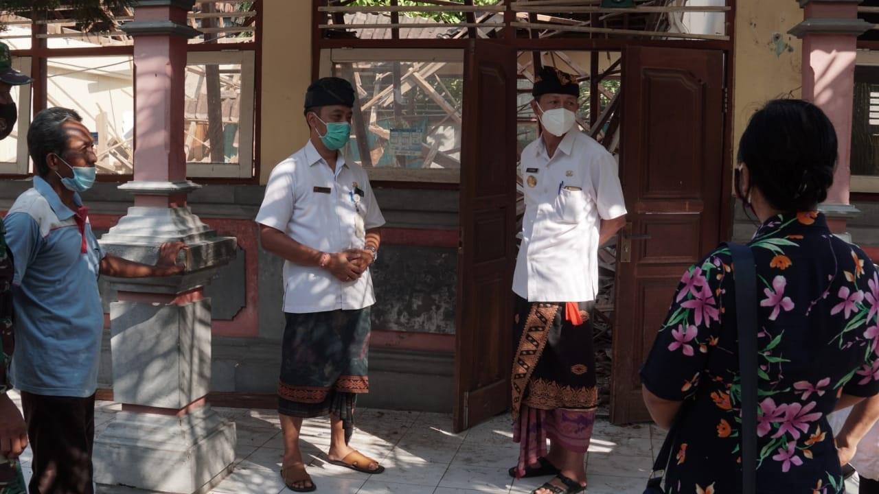 PJS Bupati Karangasem, I Wayan Serinah, didampingi Camat Manggis mengunjungi gedung SDN 2 Padangbai yang roboh, Kamis (5/11/2020). Foto: ist
