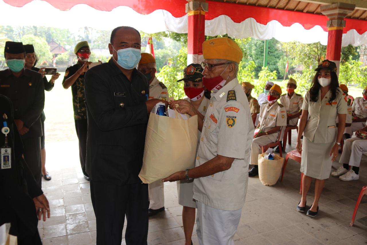 BUPATI Made Gianyar menyerahkan sembako kepada para veteran di Bangli, Jumat (20/11/2020). Foto: gia