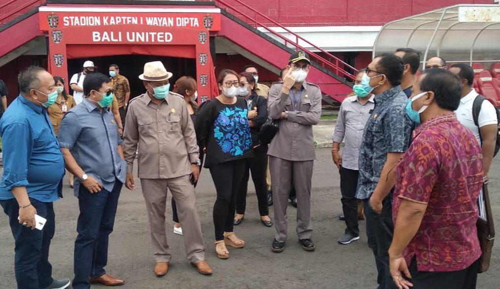 ANGGOTA DPRD Bali saat meninjau Stadion Dipta Gianyar. Foto: adi