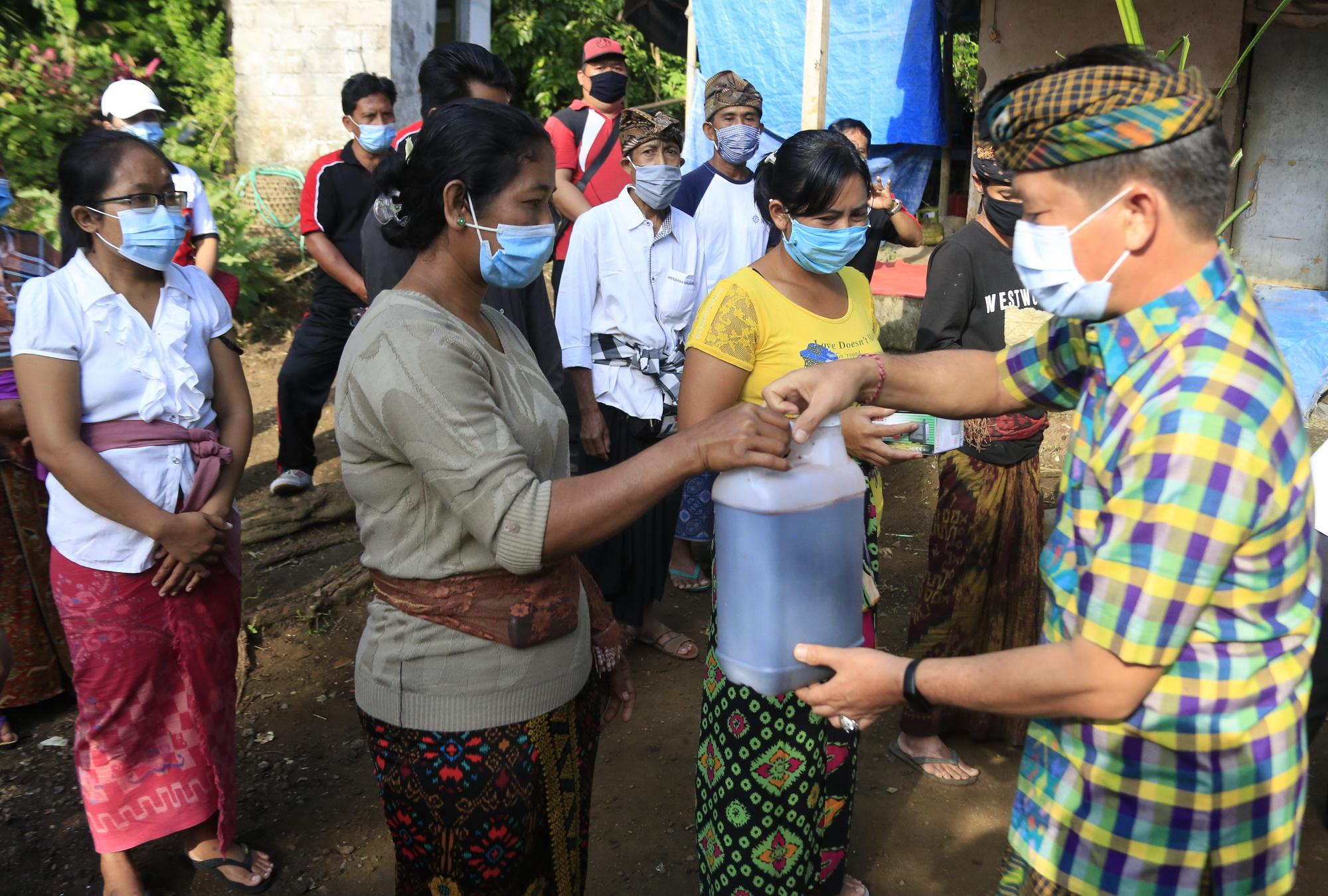 BUPATI Suwirta menyerahkan bantuan hidroponik kepada Ni Nyoman Ngenu (40) di Dusun Payungan, Desa Selat, Kecamatan Klungkung. Foto: ist