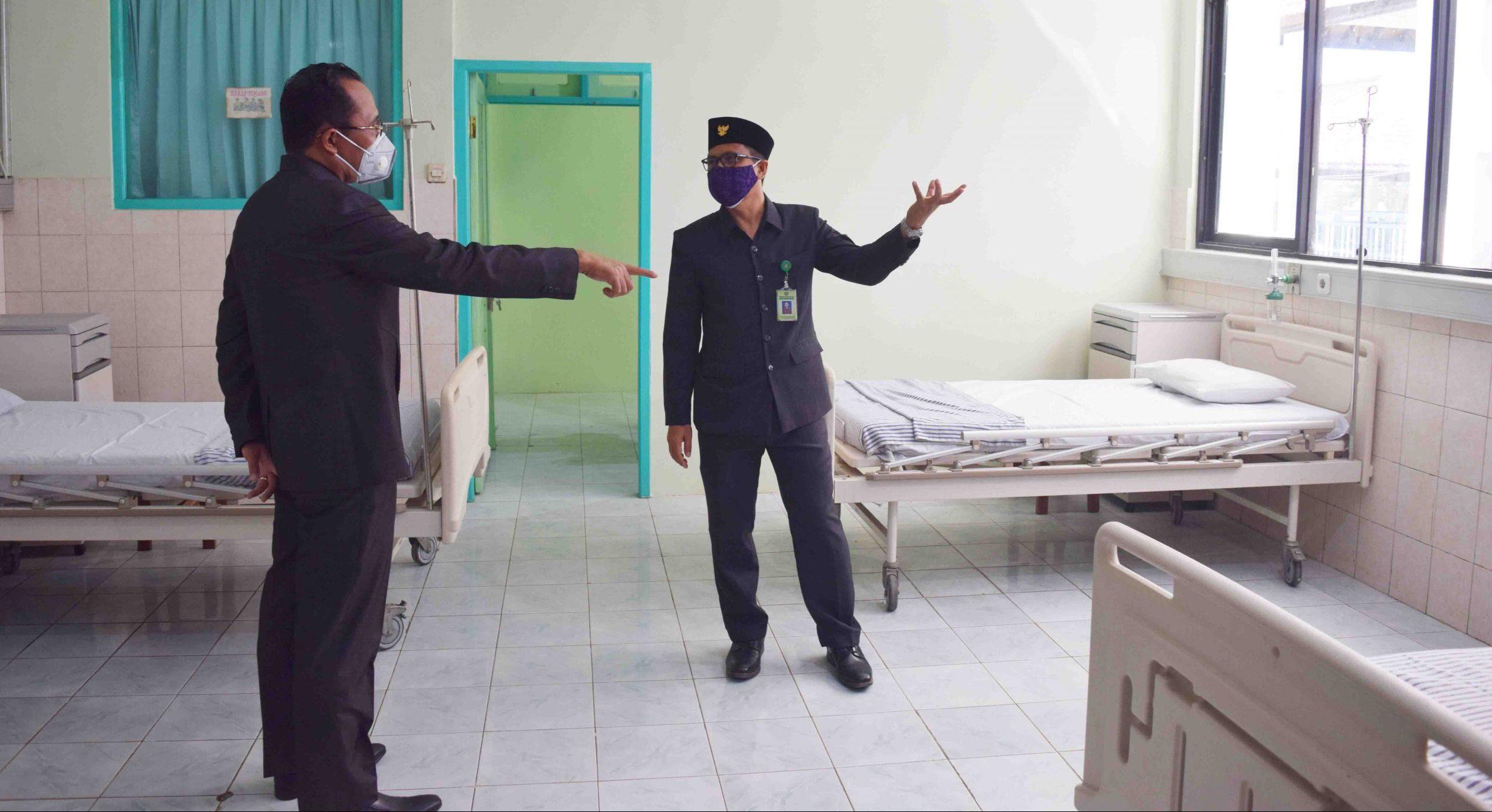 SEKDA Buleleng, Gede Suyasa, saat mengecek kondisi ruangan di RSUD Buleleng. Foto: rik