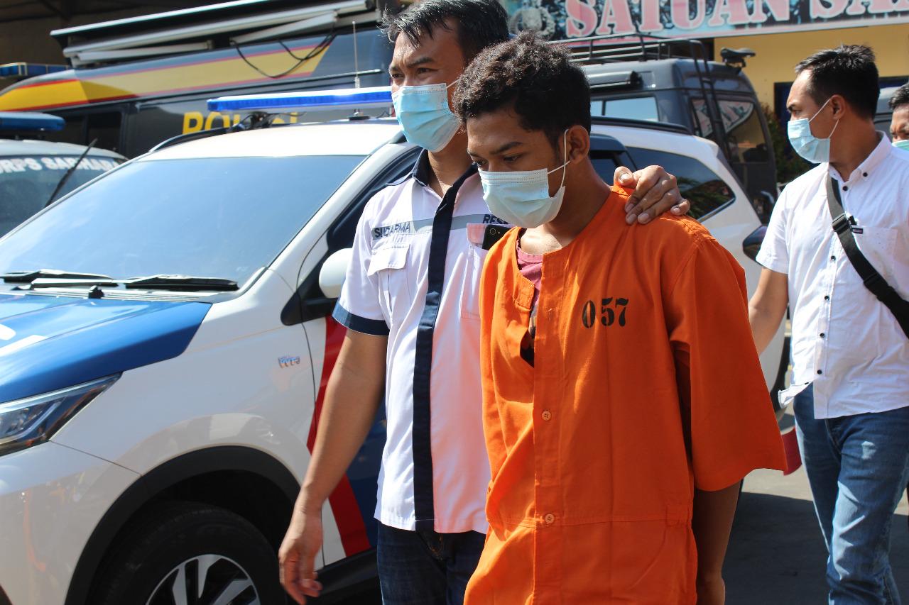 TERSANGKA Candra saat digiring polisi, di Mapolres Buleleng, Jumat (13/11/2020). Foto: rik