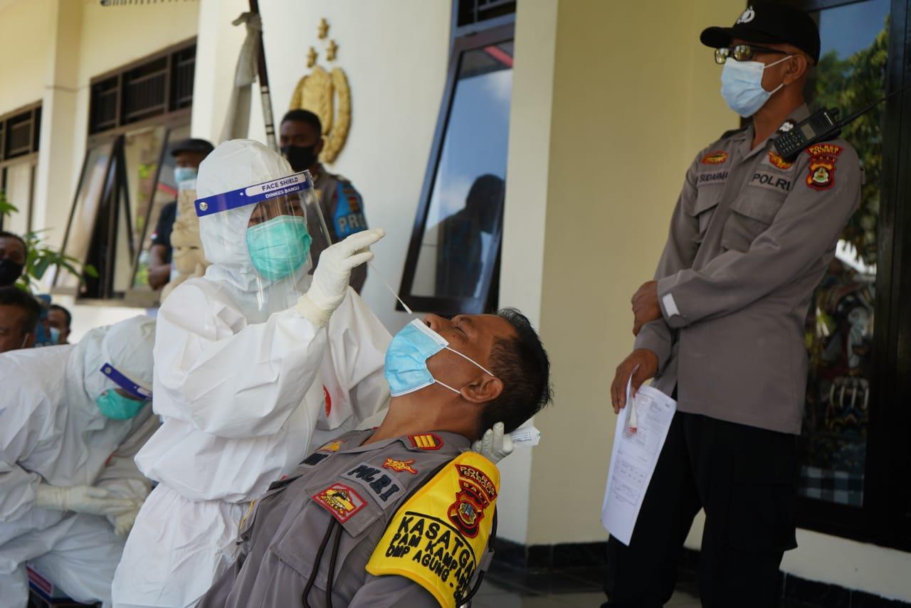 JAJARAN Polres Bangli menjalani tes usap (swab test) untuk deteksi rantai Covid-19 di instansi pemerintahan, Kamis (19/11/2020). Foto: ist