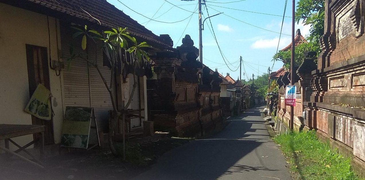 WILAYAH Banjar Tebongkang nampak lengang setelah puluhan warganya dinyatakan positif Covid-19. Foto: adi