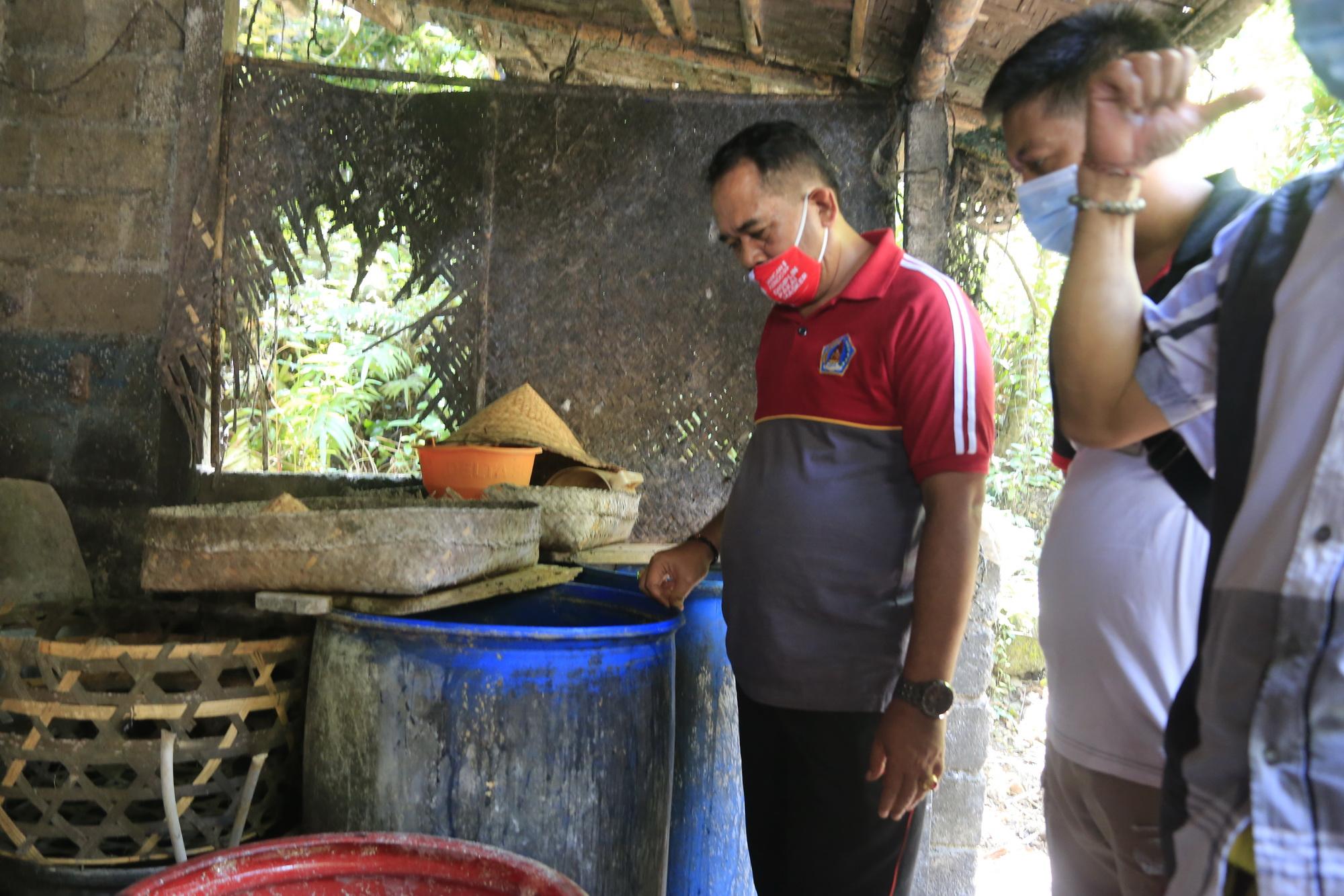 WABUP Kasta meninjau proses produksi petani arak tradisional di Desa Besan Kanginan, Kecamatan Dawan, Jumat (20/11/2020). Foto: ist