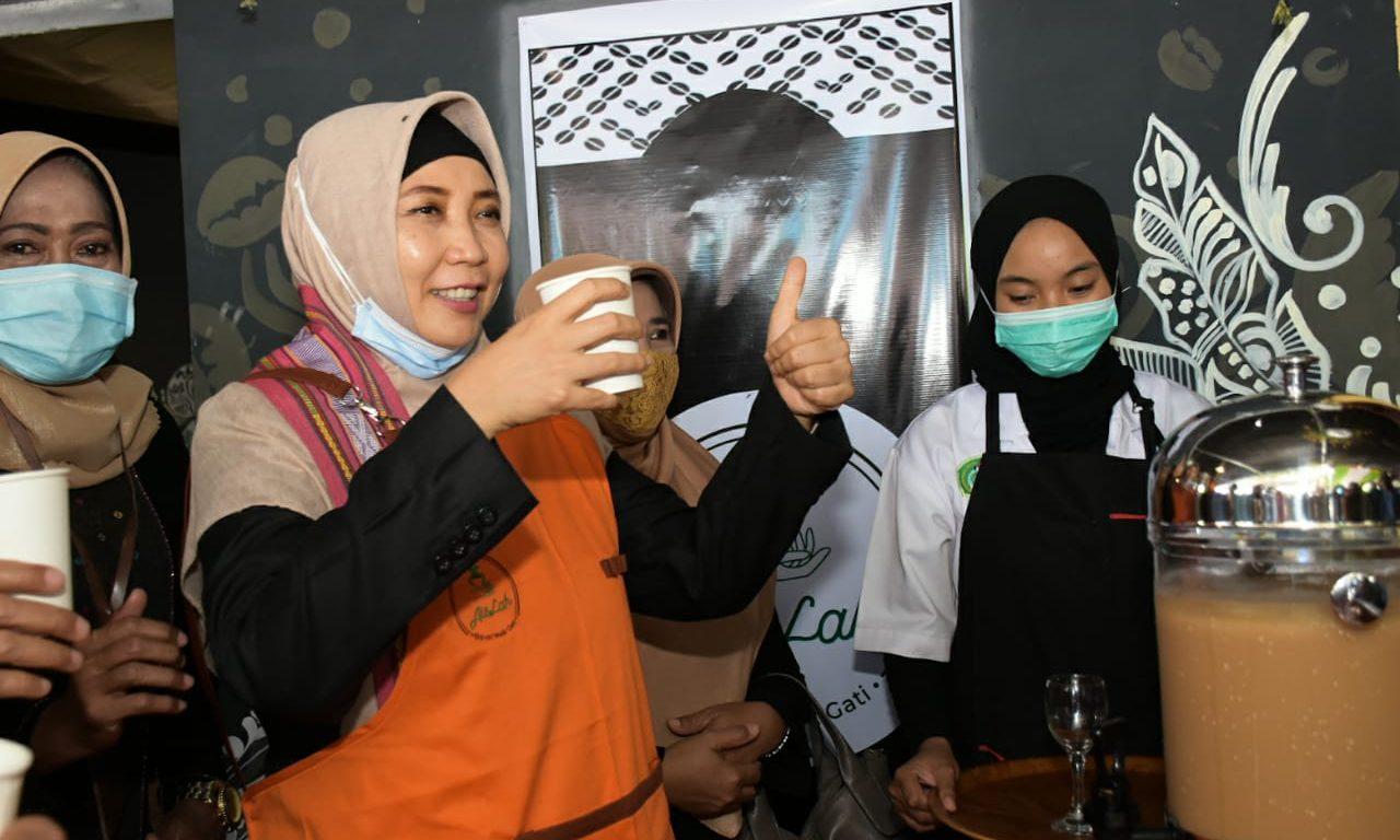 WAGUB Hj. Sitti Rohmi Djalilah saat menikmati minuman yang disajikan para siswa di gerai wirausaha Boga di SMKN 1 Sakra Lombok Timur, Rabu (11/11/2020). Foto: ist