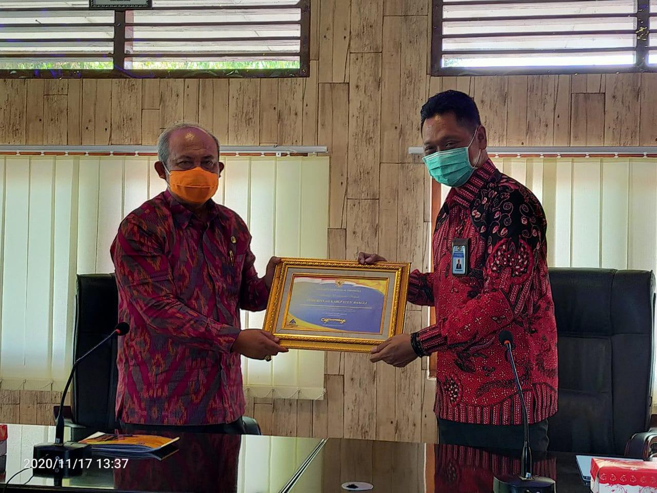 TRI Budhianto menyerahkan plakat WTP diterima Sekda Bangli, Ida Bagus Gde Giri Putra, Selasa (17/11/2020). Foto: ist