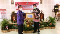 KEPALA Kantor Wilayah Direktorat Jenderal Perbendaharaan Provinsi Bali, Tri Budhianto, menyerahkan penghargaan WTP kepada Bupati Suwirta di ruang rapat BPKPD Kabupaten Klungkung, Selasa (24/11/2020). Foto: ist