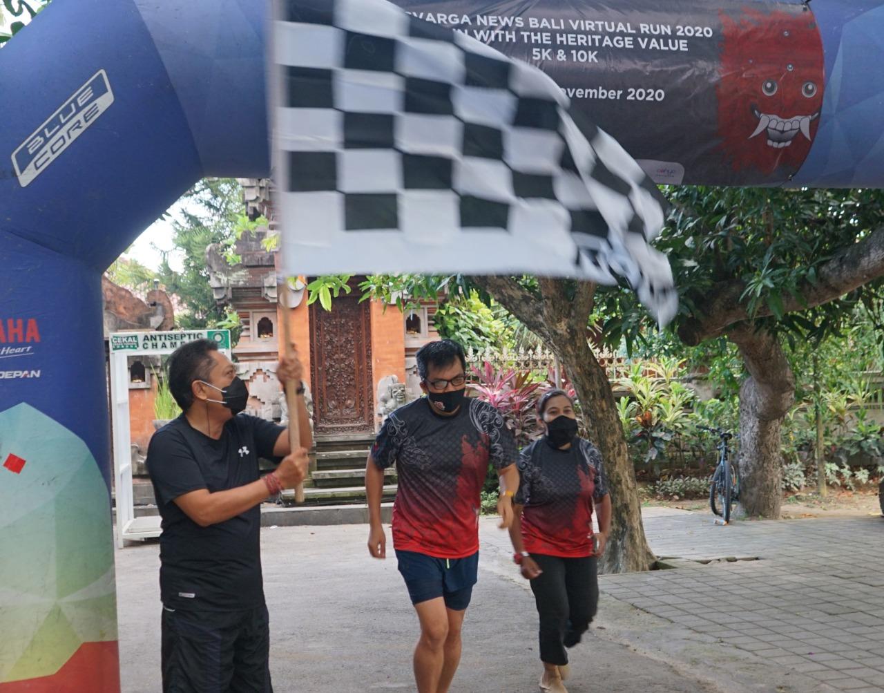 WALI Kota Denpasar I.B Rai Dharmawijaya Mantra membuka Bali Virtual Run 2020 pada Minggu (15/11/2020) ditandai dengan pengibasan bendera start. Foto: ist